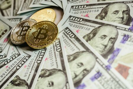 real bitcoins with a value higher than hundreds of dollars in bills. Imagens
