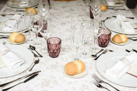 Tablecloths and cutlery of a very elegant restaurant. Stockfoto