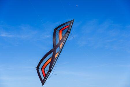 Acrobatic Stunt kite flying in the blue sky. 版權商用圖片
