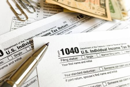 Form 1040 serves to pay federal taxes to the American government. Banque d'images - 128718304