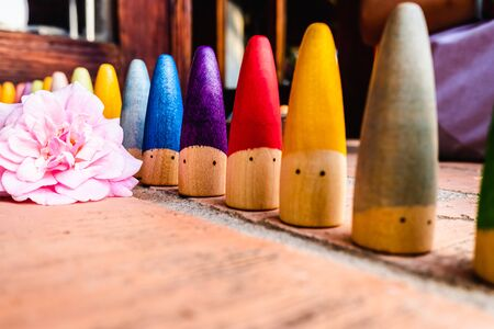 In montessori education simple materials are used, made of wood and that allow creative play.