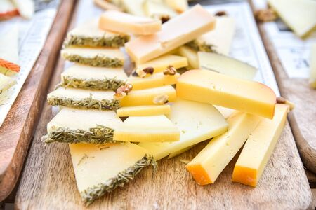 Close-up of a buffet of cheeses of many types. Stockfoto