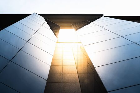 Façade d'un bâtiment vitré moderne où les travailleurs mènent des affaires internationales sur un marché mondial.