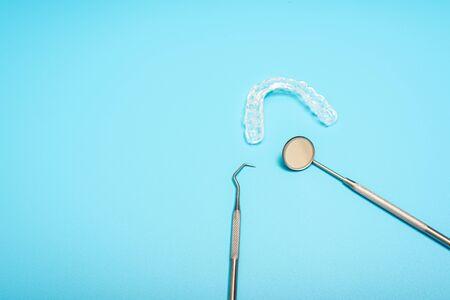 Blue background for dental clinics with dental aligner and mount splints, copy space. Standard-Bild