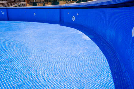 Cleaning an empty swimming pool in a residential Standard-Bild