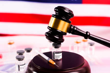 The covid vaccine is legal in the United States and has not committed a crime, vial threatened with gavel. Imagens