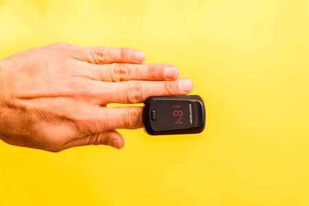 Oxygen saturation is measured with an oximeter, placed on the patient's finger. Imagens