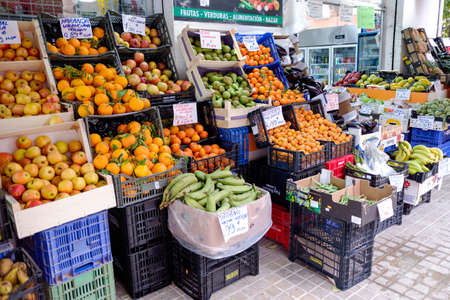 Valencia, Spain - April 15, 2021: Street stall of fruits and vegetables run by immigrants in Valencia, Spain. 免版税图像 - 167767253