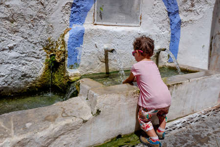 In summer babies should be hydrated by drinking fresh water when traveling as tourists to the countryside.