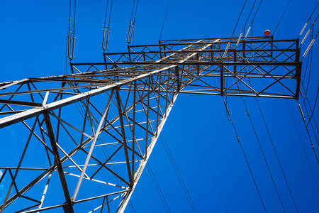 Electricity is transported by thick cables attached to metal towers. 免版税图像