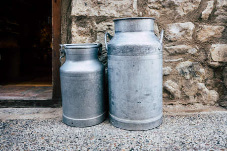 Old aluminum containers for storing milk. 免版税图像