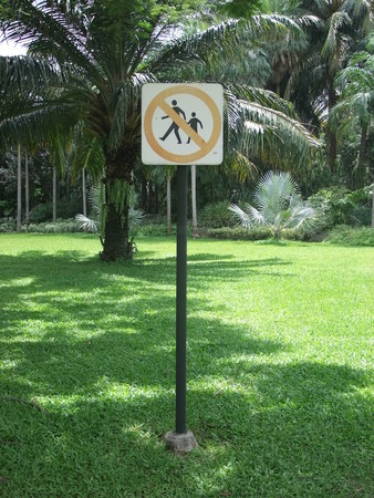 dont walk on the grass sign