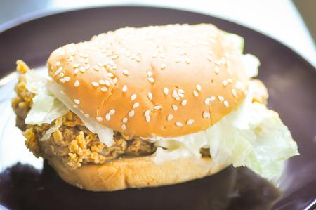 hamburguesa de pollo: hamburguesa de pollo con plato de lechuga