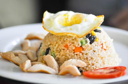 comida japonesa: arroz frito con huevo y chorizo ??frito, arroz frito asi�tico