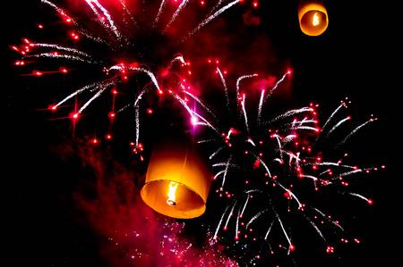 スカイ ランタンと夜空の花火