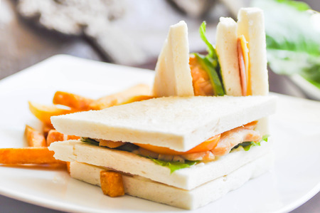 sandwich de pollo: plato pollo s�ndwich en la mesa Foto de archivo