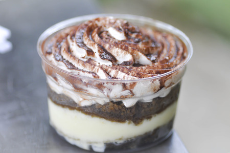 cafe y pastel: pastel de caf�, pastel de colato, taza