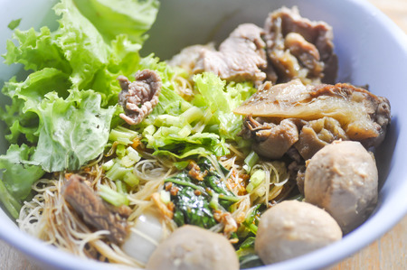 chinesisch essen: Chinese noodle with vegetable , meatball and beef