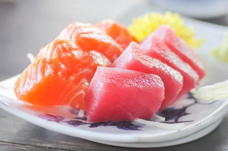 Poisson cru ou thon cru et plat de saumon cru dans le style japonais Banque d'images - 63910078