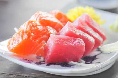 poisson cru ou thon cru et plat de saumon cru dans le style japonais