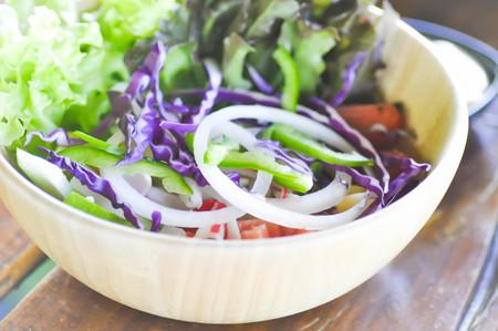 ensalada de verduras: ensalada de verduras o un plato de ensalada mixta Foto de archivo