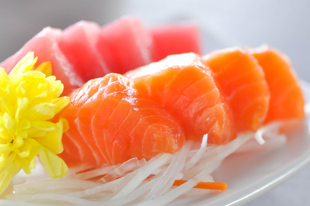 sashimi, poisson cru ou un plat de thon cru dans le style japonais