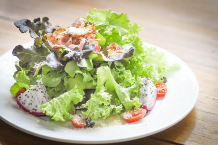 ensalada de verduras: bacon,fruit and vegetable salad or mixed salad Foto de archivo