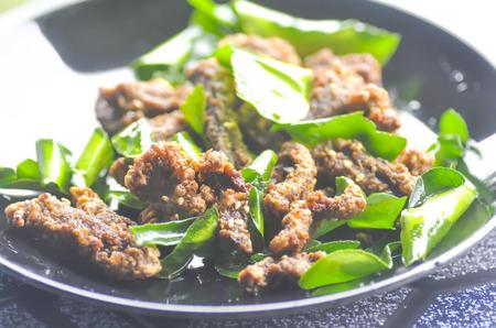 leech: ternera frito o carne de res marinado frito con pan de sanguijuela cal (comida tailandesa) Foto de archivo