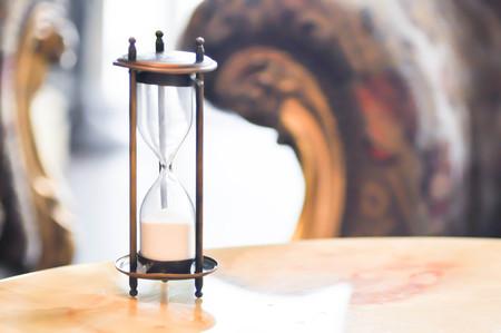 모래 시계 또는 모래 시계 테이블에