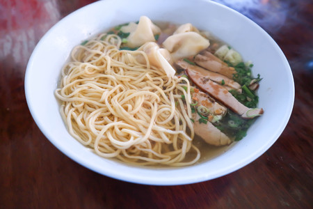 chinese noodle with wonton and pork dish 스톡 콘텐츠