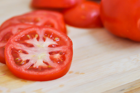 tomato or sliced tomato on chopping board 版權商用圖片 - 100639950
