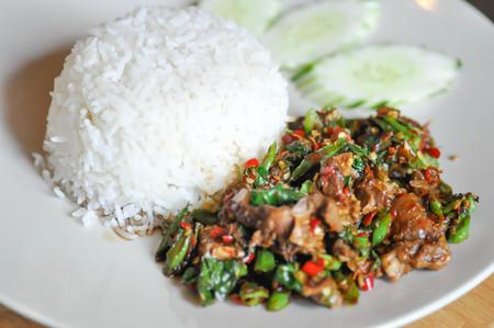 stir-fried beef, stir-fried beef with holy basil and chili and rice Zdjęcie Seryjne