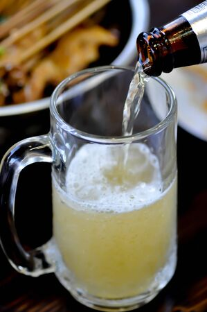 pouring beer, a glass of beer with beer foam 版權商用圖片