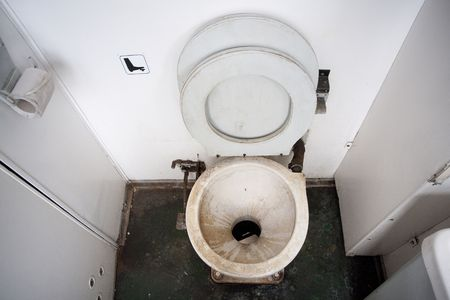 latrina: WC sporco ciotola in un treno locale