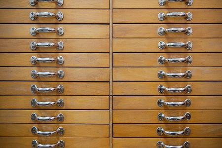 cajones: Muchos cajones viejos hermosos con cachas de metales