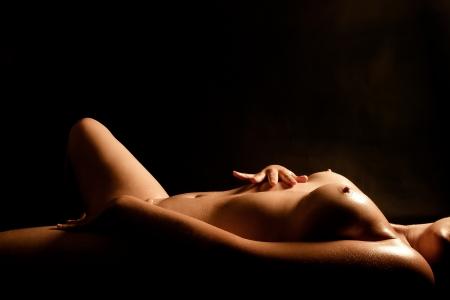 wet nude: Torso desnudo de h�medo de una joven y bella mujer tocando a s� misma