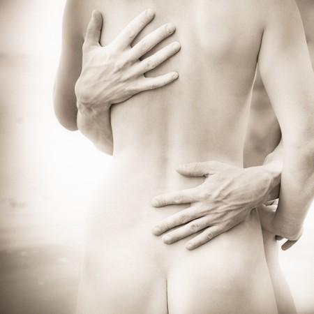 pareja desnuda: Pareja joven abrazando al aire libre, blanco y negro, poco granulado agregado