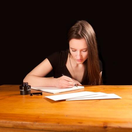 sobres para carta: Bastante joven escribiendo una carta a la mesa de una antigua