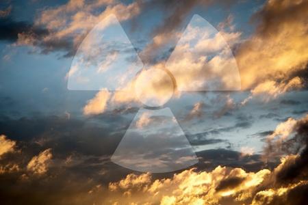 radiactividad: Cielo dram�tico con el s�mbolo de la radiactividad  Foto de archivo