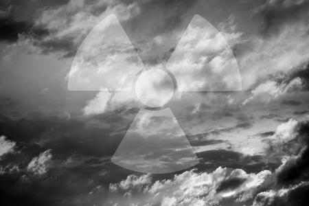 radiactividad: Cielo dram�tico con el s�mbolo de la radiactividad, monocroma