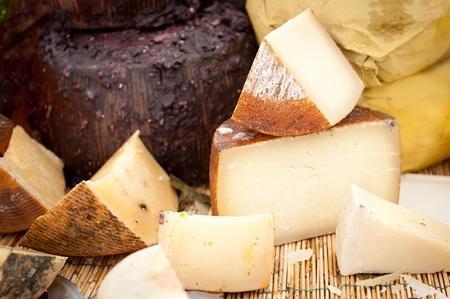 queso: Distintos tipos de queso italiano en un mercado