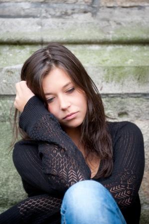 caras tristes: Retrato al aire libre de una adolescente triste mirando pensativo acerca de problemas