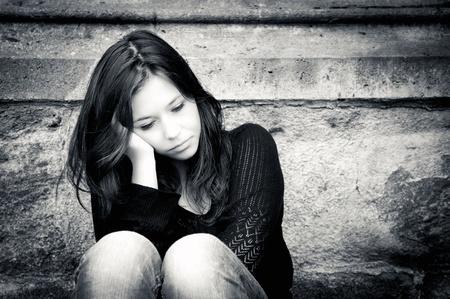 Outdoor portret van een droevig tienermeisje op zoek doordachte over problemen