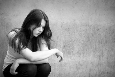 ragazza depressa: Ritratto in esterni di una ragazza triste adolescente in cerca di guai riflessivo, foto in bianco e nero