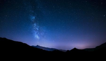 estrella: cielo nocturno panorama con estrellas que se mueven y V�a L�ctea detr�s de la monta�a