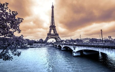 paris vintage: Torre Eiffel de Sena. Invierno día lluvioso en París