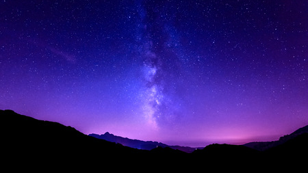 Milky Way sur tuscany montagne. Galaxy ciel nocturne étoiles