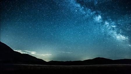 空夜山の上の天の川を星します。 写真素材