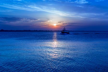 zonsondergang op de zee. silhouet van de zeilboot
