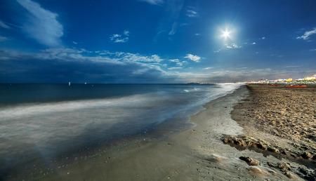 noche y luna: playa de arena noche de verano con luna llena. Marina